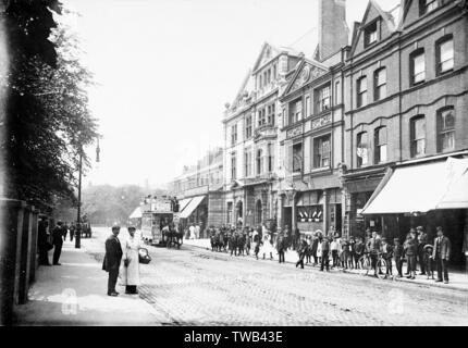 Lower Clapton Road, Hackney, East London, with the King's Hall and a large number of children on the pavement on the right, and a horse-drawn bus.      Date: 1905 - Stock Photo