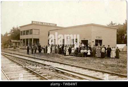 Hotel Rockaway, Rockaway Beach, Tillamook County, Oregon, USA, with a large group of people standing in front of the building.      Date: circa 1910s - Stock Photo