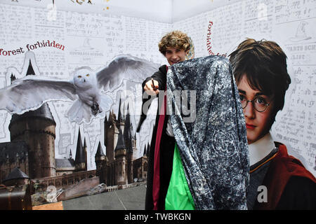 London, UK. 19th June, 2019. Preview event celebrating the launch of the Harry Potter Invisibility Cloak, at Kings Cross Station. Wizarding World Inspired Invisibility Cloak from Wow! Stuff and Warner Bros. Consumer Products Unveiled. Appear to disappear with the all-new Harry Potter Invisibility Cloak. The Wizarding World inspired garment, on sale from 19th June 2019 in the UK, makes it look like anyone or anything disappears using only a smart device. London, UK - 19 June 2019 Credit: Nils Jorgensen/Alamy Live News Credit: Nils Jorgensen/Alamy Live News - Stock Photo