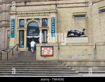 Henry Moore statue (bronze) outside the entrance to Leeds Art Gallery in Yorkshire, England, UK, titled Reclining Woman: Elbow. Created in 1981. - Stock Photo