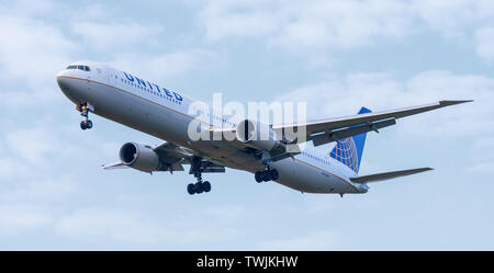 United Airlines Boeing 767 N76054 on final approach to London-Heathrow Airport LHR - Stock Photo