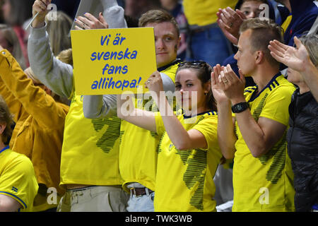 Le Havre, Frankreich. 20th June, 2019. Sweden Fans with Poster, 20.06.2019, Le Havre (France), Football, FIFA Women's World Cup 2019, Sweden - USA, FIFA REGULATIONS PROHIBIT ANY USE OF PHOTOGRAPHS AS IMAGE SEQUENCES AND/OR QUASI VIDEO. | usage worldwide Credit: dpa/Alamy Live News - Stock Photo