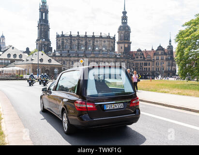 Dresden, Germany. 21st June, 2019. The coffin of the former Saxon state parliament president Erich Iltgen will be driven to the Hofkirche in a hearse after the funeral act. The CDU politician, who died a week and a half ago at the age of 78, is honoured with a state act in parliament - the first ever. Credit: Robert Michael/dpa-Zentralbild/dpa/Alamy Live News - Stock Photo