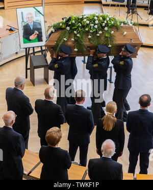 Dresden, Germany. 21st June, 2019. After the act of mourning the former president of the Saxon state parliament, Erich Iltgen, policemen carry the coffin from the plenary hall of the Saxon state parliament. The CDU politician, who died a week and a half ago at the age of 78, is honoured with a state act in parliament - the first ever. Credit: Robert Michael/dpa-Zentralbild/dpa/Alamy Live News - Stock Photo