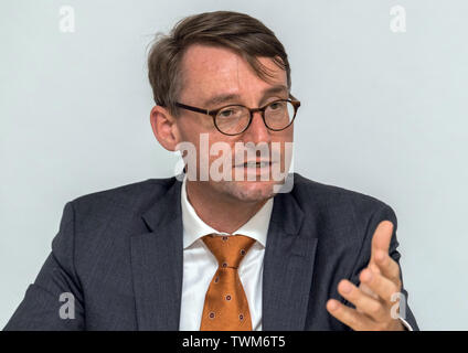 21 June 2019, Saxony, Dresden: Roland Wöller (CDU), Minister of the Interior of Saxony, comments on possible contacts of the suspect in the murder case Lübcke, Stephan E., to the neo-Nazi scene in the Free State of Saxony during a press conference at the police administration office. Photo: Robert Michael/dpa-Zentralbild/dpa - Stock Photo