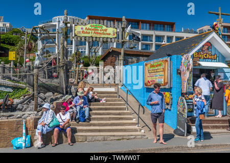 Woolacombe, North Devon. 21st June 2019. UK Weather: On the Summer Solstice, holidaymakers enjoy a lunchtime snack whilst soaking fup the sunshine in the North Devon town of Woolacombe. Credit: Terry Mathews/Alamy Live News - Stock Photo
