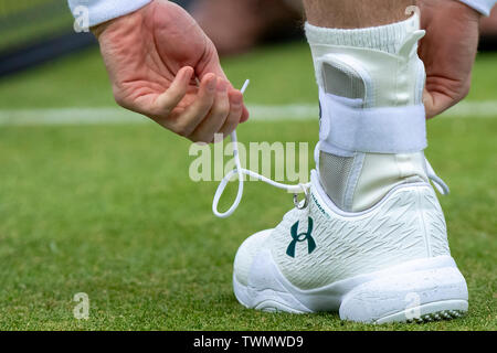 Queen Club, London, UK. 21st June, 2019. The ATP Fever-Tree Tennis Tournament; Andy Murray (GBR) ties his laces with his wedding ring Credit: Action Plus Sports/Alamy Live News - Stock Photo