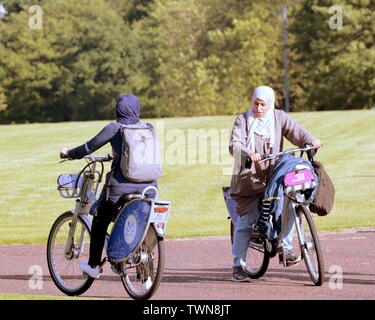 Glasgow, Scotland, UK 21st  June, 2019. UK Weather: Sunny in the city on the longest day or the summer solstice as locals use the local bike scheme to  enjoy the cycle ways in t Glasgow Green park. Credit: Gerard Ferry/ Alamy Live News - Stock Photo