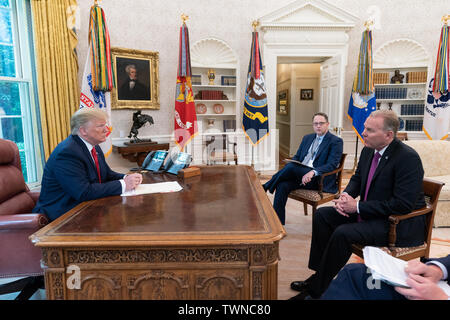 Washington, United States Of America. 18th June, 2019. President Donald J. Trump meets with San Diego, Calif. Mayor Kevin Faulconer Tuesday, June 18, 2019, in the Oval Office of the White House People: President Donald Trump, Mayor Kevin Faulconer Credit: Storms Media Group/Alamy Live News - Stock Photo