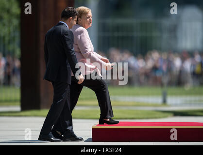 Berlin, Deutschland. 18th June, 2019. Chancellor Angela MERKEL and President Volodymyr SELENSKY enter the podium. Reception and welcome of the President of Ukraine by the Federal Chancellor with military honors in the Ehrenhof of the Federal Chancellery in Berlin, Germany on 18.06.2019. ¬ | usage worldwide Credit: dpa/Alamy Live News - Stock Photo