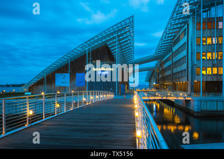 Renzo Piano, view at night of the Astrup Fearnley Museet building designed by Renzo Piano sited on Tjuvholmen Island in Oslo city harbor, Norway. - Stock Photo