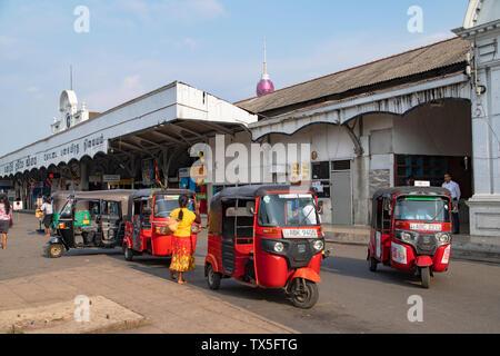 Tuk tuks outside of Fort Railway Station, Pettah, Colombo, Sri Lanka - Stock Photo