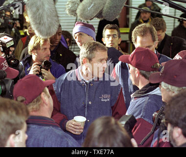 CON2000011801 - 18 JANUARY 2000 - CONCORD, NEW HAMPSHIRE, USA:  Republican presidential candidate Texas Governor George W. Bush, center, talks with truck drivers after addressing them during breakfast at New England Motor Freight in Concord.  rg/lkm/Lee K. Marriner  UPI - Stock Photo