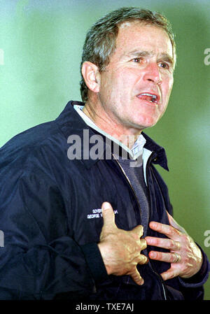 AMH2000012703  - 27 JANUARY 2000 - AMHERST, NEW HAMPSHIRE, USA:  Republican presidential candidate Texas Governor George W. Bush speaks to a crowd while campaigning at Souhegan High School in Amherst.   jr/jpa/Jack Ainsworth  UPI - Stock Photo