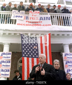 HAN2000013101 - 31 JANUARY, 2000 - HANOVER, NEW HAMPSHIRE, USA:  Republican presidential candidate U.S. Senator John McCain of Arizona addresses Dartmouth College students in Hanover the day before the first in the nation New Hampshire primary. McCain's campaign was making several short stops across the state to thank supporters.  rw/lkm/Lee K. Marriner  UPI - Stock Photo