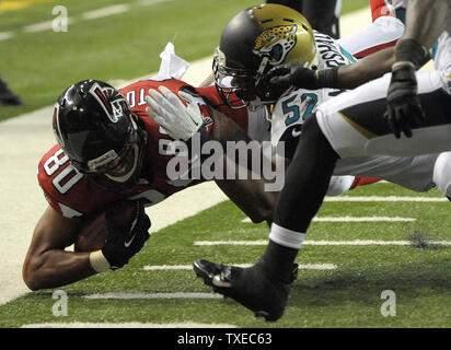Atlanta Falcons tight end Levine Toilolo (80) is pushed out of bounds at the 3-yard line by Jacksonville Jaguars' Brandon Marshall (52) during the second half of their preseason game at the Georgia Dome in Atlanta on August 29, 2013. UPI/David Tulis - Stock Photo