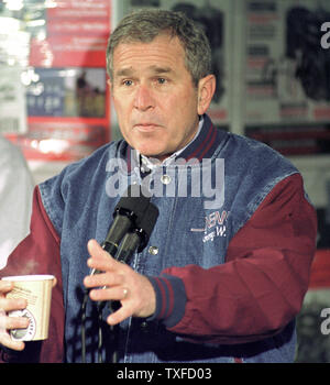 CON2000011802 - 18 JANUARY 2000 - CONCORD, NEW HAMPSHIRE, USA:  Republican presidential candidate Texas Governor George W. Bush answers a question while addressing truckers during breakfast campaign stop at New England Motor Freight in Concord.  rg/lkm/Lee K. Marriner  UPI - Stock Photo
