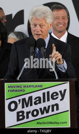 Former U.S. President Bill Clinton makes remarks to applauding supports as he arrives to boost the campaign of  Maryland Gov. Martin O'Malley (behind Clinton) and other Democrats, at Federal Hill Park,in Baltimore, Maryland, October 21, 2010.  Clinton has been lending a hand on the campaign trail, as some polls suggest the Democrats may lose majority control of the House in the upcoming midterm elections.        UPI/Mike Theiler - Stock Photo