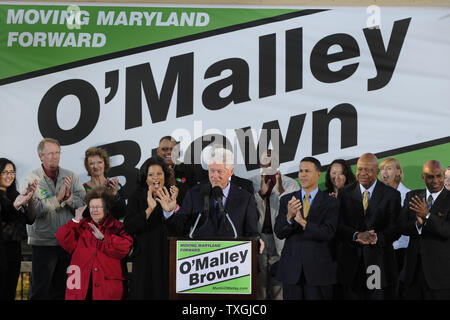 Former U.S. President Bill Clinton makes remarks to applauding supports as he arrives to boost the campaign of  Maryland Gov. Martin O'Malley and other Democrats, at Federal Hill Park,in Baltimore, Maryland, October 21, 2010.  Clinton has been lending a hand on the campaign trail, as some polls suggest the Democrats may lose majority control of the House in the upcoming midterm elections.        UPI/Mike Theiler - Stock Photo