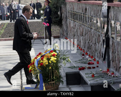 Ukrainian President Viktor Yushchenko lays flowers at a memorial monument of Chernobyl victims during the commemoration rally for those who died during and after  the Chernobyl nuclear disaster near the Chernobyl nuclear plant April 26, 2006. Today Ukraine marks the 20th anniversary of the Chernobyl nuclear disaster, when the fourth reactor at the Chernobyl plant exploded, spreading a radioactive cloud across the former Soviet Union. (UPI Photo/Sergey Starostenko) - Stock Photo