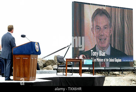 California Governor Arnold Schwarzenegger, (Left) listens to a live video feed from Britain's Prime Minister Tony Blair before signing the California Global Warming Solutions Act of 2006, to reduce California's greenhouse gas emissions, on Treasure Island in San Francisco, on September 27, 2006.   (UPI Photo/Ken James) - Stock Photo