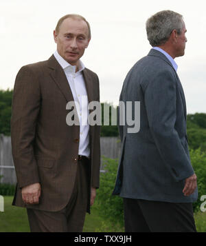 U.S. President George W. Bush (R) walks with Russian President Vladimir Putin at Bush's family home in Kennebunkport, Maine on July 1, 2007. (UPI Photo/Anatoli Zhdanov) - Stock Photo