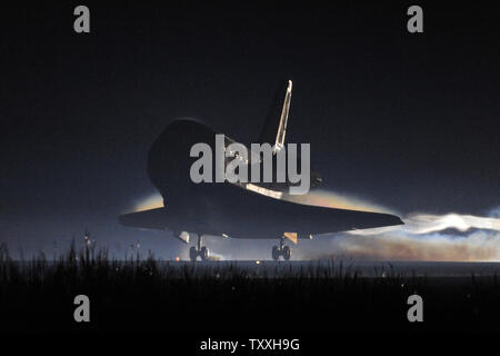 NASA's space shuttle 'Atlantis' returns 'home' to the Kennedy Space Center's Landing Facility Runway 15 for the final time at 5:56 am on July 21, 2011. Carrying a crew of four and the Raffaello Logistics Module, the mission flew to the Space Station with enough equipment and supplies to support the outpost for the next year. The return of Atlantis closes the book on the Space Shuttle Program. Spanning thirty years, NASA's fleet of orbiters conducted 135 missions; launching satellites, including Galileo and Magellan to the planets, conducted scientific research, boosted and repaired the Hubble - Stock Photo