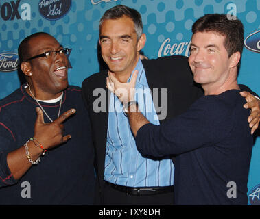 Fox Broadcasting president Peter Liguori (C) has fun with American Idol judges, Randy Jackson (L) and Simon Cowell as they arrive for 'American Idol's' Final 12 Party at the Pacific Design Center in Los Angele California on March 9, 2006. (UPI Photo/Jim Ruymen) - Stock Photo