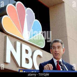 California Democratic gubernatorial candidate Phil Angelides stages a protest outside NBC studios in Burbank, California on October 12, 2006. Angelides is demanding equal time on 'The Tonight Show With Jay Leno' after his opponent, California Gov. Arnold Schwarzenegger, appeared on the show Wednesday. (UPI Photo/Jim Ruymen) - Stock Photo