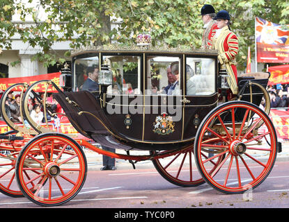 The Duke and Duchess of Cornwall travel  bu state carriage to Buckingham Palace where they will meet the Chinese President Xi Jinping and his wife Peng Liyuan in London on October 20,2015. .     Photo by Hugo Philpott/UPI. - Stock Photo