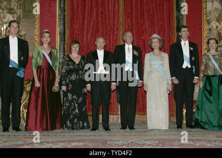 From left to right: Spanish Prince Inaki Urdangarin, his wife Cristina, Russian first lady Lyudmila Putin, Rusian President Vladimir Putin, King Juan Carlos, Queen Sofia, Prince Felipe and his wife Letizia pose for a photo before their private dinner at Royal Palace in Madrid, February 8, 2006. Putin is in Spain on a two-day state visit to discuss  international terrorism and Russian cooperation with international organizations to prevent terrorism. (UPI Photo/Anatoli Zhdanov) - Stock Photo