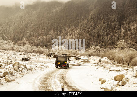 Off-road SUV driving on the rock mountain road in Leh,India - Stock Photo