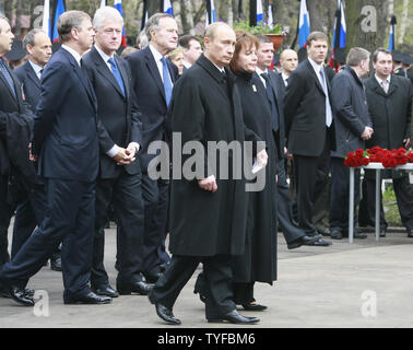 Russian President Vladimir Putin (C) with his wife Lyudmila,  Former US Presidents Bill Clinton (L) and George H. W. Bush along with dignitaries and family members of Boris Yeltsin attend the funeral of the first Russian president at Novodevichy Cemetery in Moscow on April 25, 2007. (UPI Photo/Anatoli Zhdanov) - Stock Photo