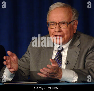 Warren Buffett, CEO of Berkshire Hathaway Inc. explains to the New York media on June 26, 2006 the reasons for donating $37 billion dollars of his fortune over the next few years to the Bill and Melinda Gates Foundation.   (UPI Photo/Ezio Petersen) - Stock Photo