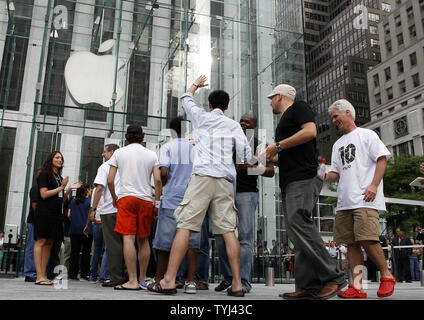 A customers holds up his hand before walking into the Apple store anticipating being among the first to purchase an iphone on Fifth Avenue in New York City on June 29, 2007.  (UPI Photo/John Angelillo) - Stock Photo