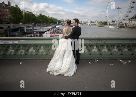 London, UK. 26th June 2019. Ever popular location photography of a Chinese pre-wedding photoshoot on Westminster Bridge. Credit: Guy Corbishley/Alamy Live News - Stock Photo