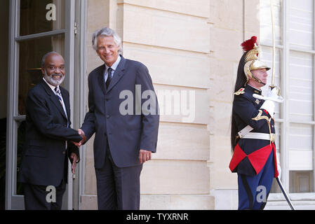 French Prime Minister Dominique de Villepin (R) greets visiting Haitian President Rene Preval upon his arrival at the Matignon Hotel in Paris, June 29, 2006. Prevel said this week that Haiti can't expect to be seen as a desirable tourist destination until necessary roads are built and political stability is achieved. (UPI Photo/Eco Clement) - Stock Photo