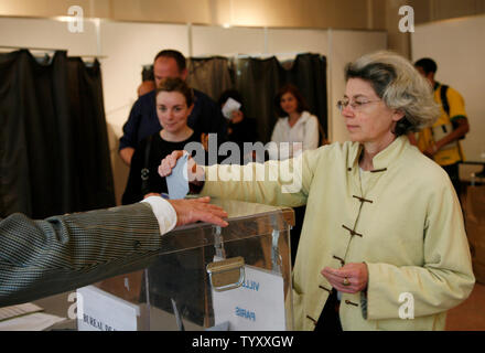 A Parisian casts her vote during France's presidential election on May 6, 2007.  Voter turnout is expected to be high for the runoff between presidential hopefuls Nicolas Sarkozy and Segolene Royal.   (UPI Photo/ David Silpa) - Stock Photo