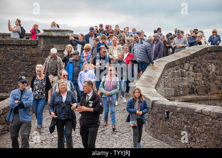 A guide leading a large group of visitors on a guided tour of  Stirling Castle, managed by Historic, Scotland. - Stock Photo