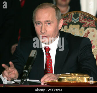 Russian President Vladimir Putin gestures during a news conference after his meeting with Czech President Vaclav Klaus in Prague, March 2, 2006. Putin is on a two-day state visit to Czech Republic. (UPI Photo/Anatoli Zhdanov) - Stock Photo