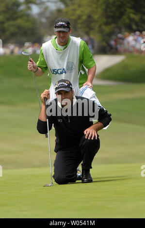 Rocco Mediate and his caddie Matt Achatz line up his putt on the 6th green during the last day of regular play of the US Open at Torrey Pines Golf Course in San Diego on June 15, 2008. Mediate tied for first with Tiger Woods and a playoff round will be held tomorrow. (UPI Photo/Earl S. Cryer) - Stock Photo