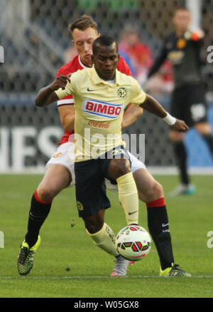 Club America's Carlos Darwin Quintero (31) controls the ball against  Manchester United's Phil Jones in the 2015 International Champions Cup match on July 17, 2015 in Seattle, Washington.  Manchester United beat Club America 1-0. Photo by Jim Bryant/UPI - Stock Photo