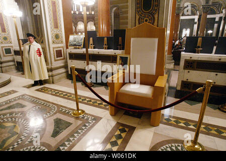 A Knight of Columbus guard stands watch over the chair that Pope John Paul used during his 1999 trip to St. Louis at the Cathedral Bascillica in St. Louis on April 3, 2005. The 1999 trip to St. Louis was Pope John Paul's last time in the United States. Many of the items used by the Pope during his St. Louis trip are on display for one day only in tribute to Pope John Paul who died on April 2.   (UPI Photo/Bill Greenblatt) - Stock Photo