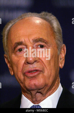 Israel's Deputy Prime Minister Shimon Peres speaks to reporters before attending a private fundraiser at the Ritz-Carlton Hotel in Clayton, Missouri on September 18, 2006. Peres discussed the crisis in Israel and his visit to the United States that will also take him to Detroit and New York.   (UPI Photo/Bill Greenblatt) - Stock Photo