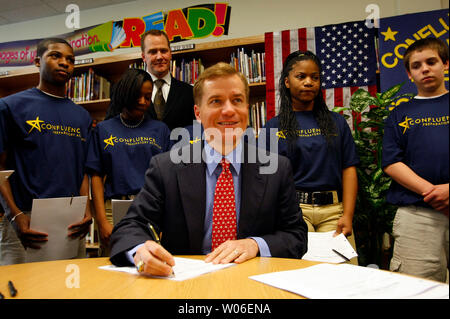 Missouri Governor Matt Blunt signs legislation that will provide experienced professionals an alternate route to second careers as teachers at the Confluence Academy, in St. Louis on May 1, 2008. The bill allows professionals to pursue teaching through an alternative teacher certification program and would benefit students by providing access to professionals such as math, engineering, technology, and science (METS) specialists who can offer innovative curriculum and real-world perspective. (UPI Photo/Bill Greenblatt) - Stock Photo