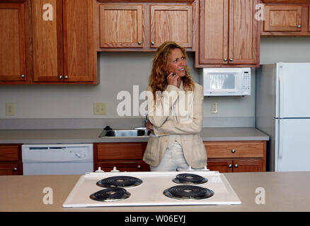 Singer Sheryl Crow appears perplexed while touring the kitchen area of a new apartment in her hometown of Kennett, Missouri on May 19, 2008. Crow was on hand to help dedicate the old warehouse that was converted into 46 lower income apartments in the downtown area of Kennett. (UPI Photo/Bill Greenblatt) - Stock Photo
