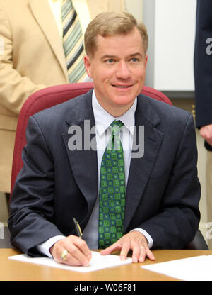 Missouri Governor Matt Blunt pauses as he signs legislation that will allow law enforcement  to track potential abuses of raw materials that are used to make methamphetamine, in Chesterfield, Missouri on June 10, 2008. Senate Bill 724 creates an electronic tracking system of the purchase of pseudoephedrine in real-time to cut down on meth makers jumping from location to location to purchase large quantities of pseudoephedrine.   (UPI Photo/Bill Greenblatt) - Stock Photo