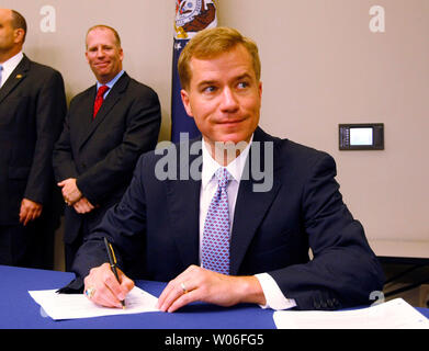 Missouri Governor Matt Blunt signs a bill meant to fight illegal immigration in St. Charles, Missouri on July 8, 2008. The law prohibits illegals from obtaining driver licenses and creating sanctuary cities in the state; requires verification of legal employment status of every public employee; allows the state to cancel contracts for contractors if they hire illegal immigrants; requires public agencies to verify the legal status of applicants before providing welfare benefits; criminalizes the transportation of illegal immigrants for exploitative purposes; and enacts provisions to punish bad - Stock Photo