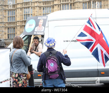 London, UK. 26th June, 2019. A person speaks to anti-Brexit supporters in Westminster, London, UK on June 26, 2019. Credit: Paul Marriott/Alamy Live News - Stock Photo