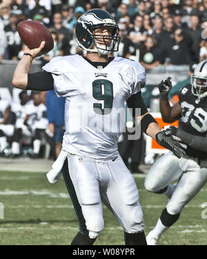 Philadelphia Eagles QB Nick Foles throws 15 yard pass to Zach Ertz for a touchdown against the Oakland Raiders in the second quarter at O.co Coliseum in Oakland, California on November 3, 2013. Foles threw for seven TDs as the Eagles won 49-20.    UPI/Terry Schmitt - Stock Photo